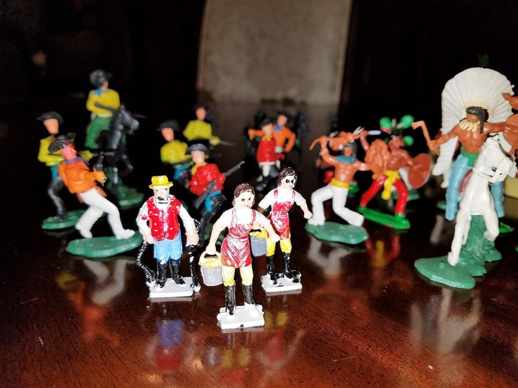 Vintage Plastic Cowboys And Indians 32 Pieces Rockwell